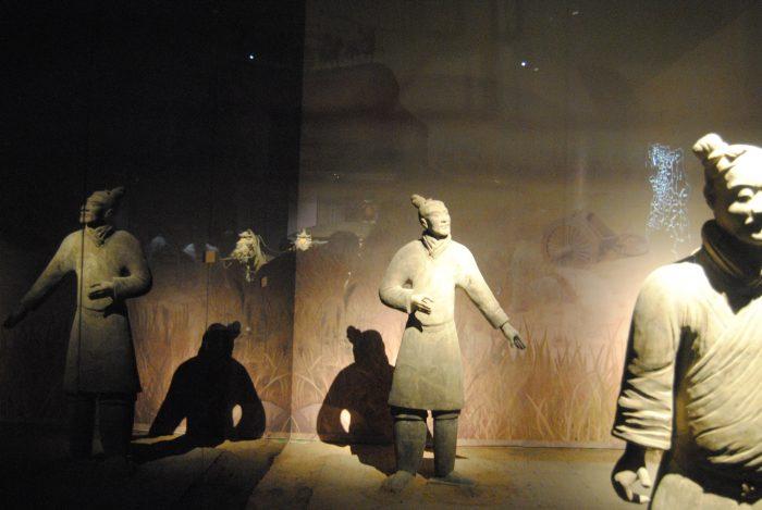 Terracotta-Soldaten in Vitrine
